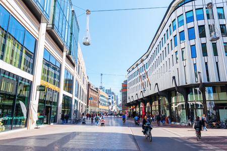 헤이그, 네덜란드 -2011 년 4 월 21 일 : 헤이그, 네덜란드, 알 수없는 사람들과 거리. 헤이그는 네델란드 정부와 네 번째로 큰 네덜란드의 도시입니다.