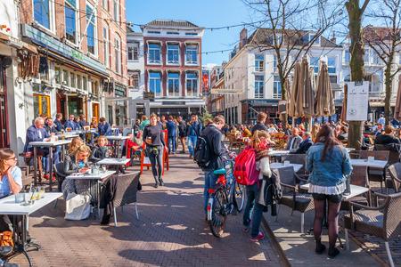 Den Haag, Nederland - 20 april 2016: stadsplein Het Plein met onbekende mensen. Als een dorpsplein, werd Het Plein gebouwd in 1632 en is geïnspireerd op de Place des Vosges in Parijs