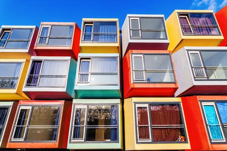 Almere, Niederlande - 19. April 2016: moderne stapelbare Studentenwohnungen genannt spaceboxes in Almere. Almere ist bekannt für seine außergewöhnlichen und experimentelle Architektur