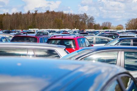 masse de voitures garées sur une place de parking
