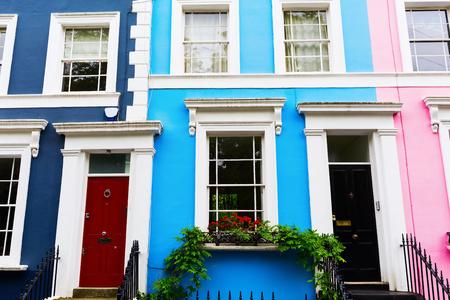 colorate case a schiera tipiche a Notting Hill, Londra, Regno Unito Archivio Fotografico