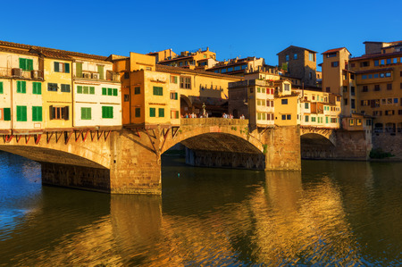 ponte: Ponte Vecchio over the river Arno in Florence, Italy