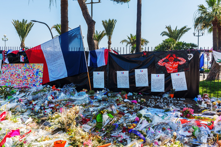 tributos: Nizza, France - July 25, 2016: tributes at the Promenade des Anglais in Nizza. On July 14th, 2016, 85 people were killed by a terrorist who drives a truck in a crowd