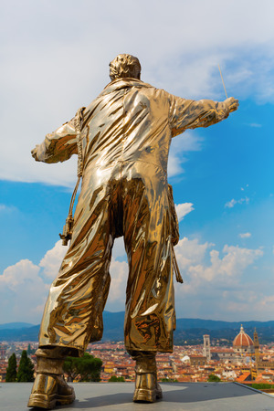 di: Florence, Italy - July 06, 2016: golden sculpture at the Forte di Belvedere in Florence. It is a collection of golden sculptures exhibited at three places in Florence, by Belgium artist Jan Fabre Editorial