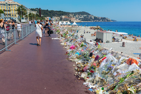 tributos: Nizza, France - July 25, 2016: tributes at the Promenade des Anglais with unidentified people. On July 14th, 2016, 85 people were killed by a terrorist who drives a truck in a crowd