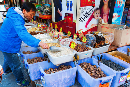 New York City, USA - October 08, 2015: food shop in Chinatown, Manhattan, with unidentified people. Chinatown, Manhattan, is home to the large largest enclave of Chinese people in the Western Hemisphere Banco de Imagens - 63168410