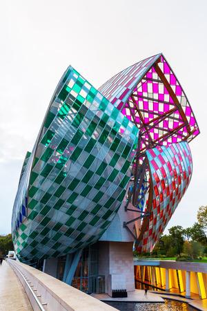 파리, 프랑스 -2006 년 10 월 20 일 : 미확인 된 사람들과 불로뉴 공원에서 루이 뷔통 재단. 유명한 건축가 프랭크 게리 (Frank Gehry)가 설계 한 미술관과 문화