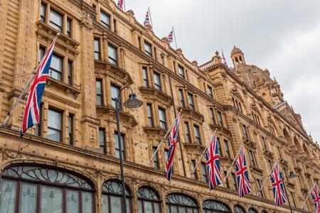 英国、ロンドンのハロッズ百貨店の正面 写真素材