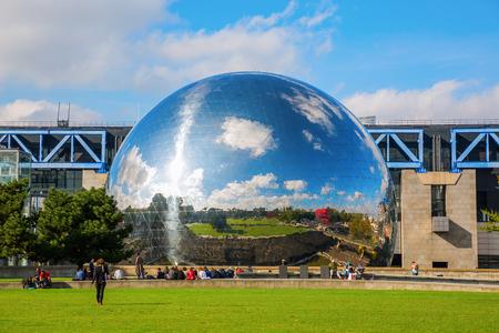 París, Francia - 15 de octubre 2016: La Geode en el parque de la Villette con personas no identificadas. Es una cúpula geodésica con acabado de espejo con un cine planetario en la Cité des Sciences et de l'Industrie Foto de archivo - 66054963