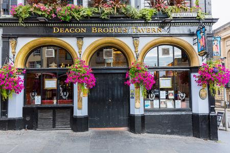ortseingangsschild: Edinburgh, Scotland - September 09, 2016: Deacon Brodies Tavern on the Royal Mile. Deacon Brodie was a decent man of business and politics in Edinburgh who had a secret life as a burglar