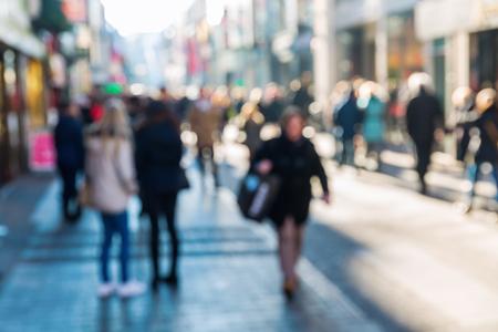 adentro y afuera: multitud de personas en una calle comercial en el foco fuera de la vista Foto de archivo