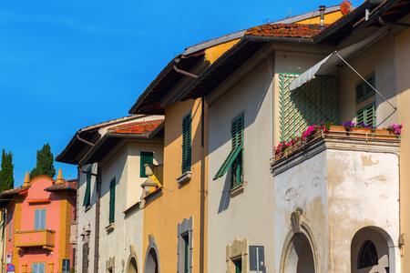 case colorate: facciate delle case colorate a Firenze, Italia