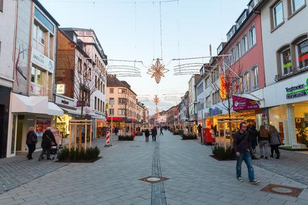 Dueren, 독일 - 2016 년 12 월 28 일 : 크리스마스 장식 된 쇼핑 거리 Dueren 미확인 된 사람들과. Dueren은 Dueren 지역의 수도이며, Meuse-Rhine Euregion 회원입니다. 에디토리얼