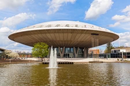 아인트호벤, 네덜란드 - 2016 년 4 월 12 일 : 아인트호벤에서 Evoluon 건물. 그것의 컨퍼런스 센터와 1966 년에 건립 된 과학 박물관은 도시의 랜드 마크이자