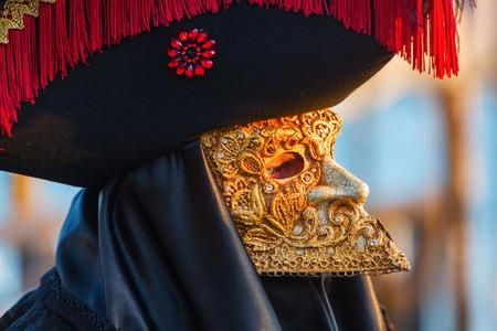 イタリア、ヴェネツィアのカーニバル衣装を持つ人