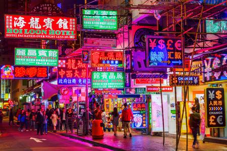 홍콩, 홍콩 - 2017 년 3 월 14 일 : 쇼핑 거리 조명 된 advertisings 밤. 홍콩은 세계에서 가장 중요한 금융 중심지 중 하나이며, 인구 밀도가 가장 높은 4 번째