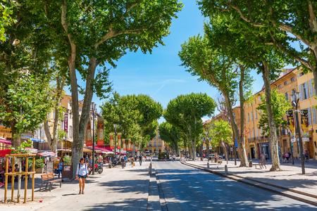 엑상 프로방스, 프랑스 -2006 년 7 월 27 일 : 미확인 된 사람들과 거리 Cours Mirabeau. 길이 440m, 넓이 42m의 Cours Mirabeau는이 도시에서 가장 인기 있고 활기찬