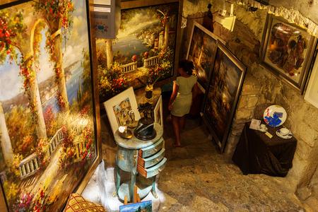 サン ・ ポール ・ ド ・ ヴァンス, フランス-2016 年 8 月 4 日: 正体不明の人とアート ショップ。町はフランスのリビエラ、そのアート ギャラリーに