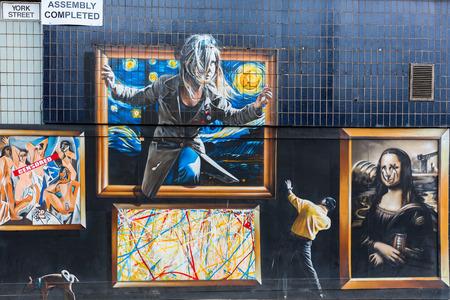 글래스고, 영국 -2010 년 9 월 12 일 : 글래스고에서 거리 예술. 거리 예술은 그래피티와 파괴 행위의 시작에서 예술가가 자신의 예술 작품의 메시지 또는