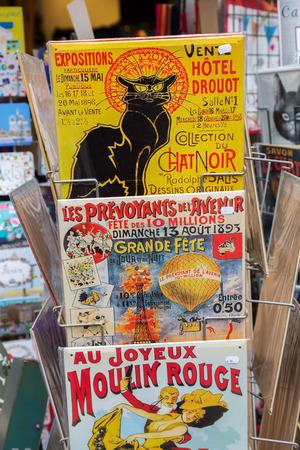 Paris, France - 16 octobre 2016: panneaux de publicité vintage dans une boutique de souvenirs à Paris. Paris est la capitale de la France et l'un des principaux centres financiers, commerciaux, de la mode, des sciences et des arts d'Europe. Banque d'images - 86715582