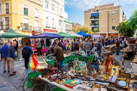 Sevilla, España - 13 de noviembre de 2018: mercadillo callejero con desconocidos en Sevilla. Sevilla es la capital de Andalucía y la cuarta ciudad más grande de España.
