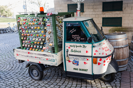 Cologne, Germany - February 16, 2019: vintage car with love lockers, which are used for the Hohenzollern Bridge in Cologne, a famous tourist attraction Publikacyjne