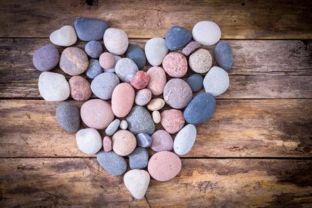 Steen hart op een houten achtergrond