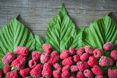 Raspberry with leaves on old wooden plank 스톡 콘텐츠