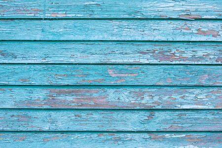 La vecchia struttura di legno blu con motivi naturali.