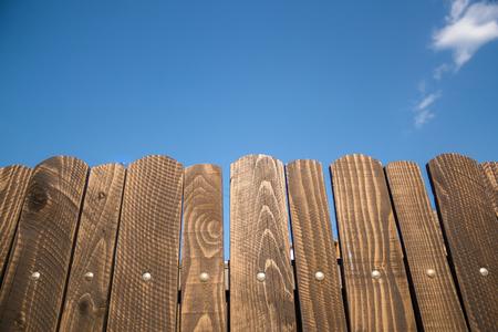 Beau coup à une clôture en bois avec un grand ciel bleu dans le fond Banque d'images - 78821696