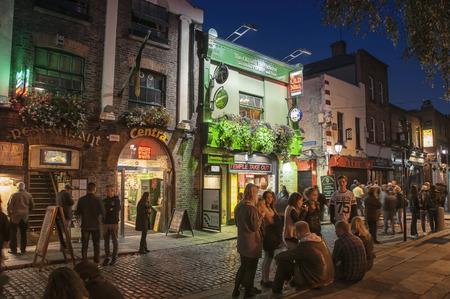 sien: DUBLIN, Irlanda - 09 de septiembre 2014: La vida nocturna en la parte hist�rica popular de la ciudad - Temple Bar trimestre. La zona es la ubicaci�n de muchos bares, pubs y restaurantes