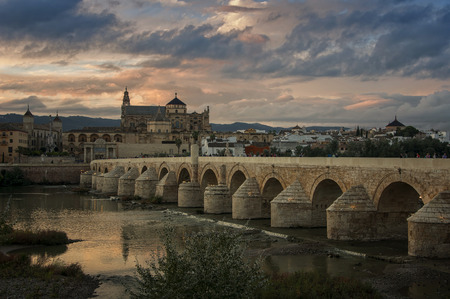 Roman bridge and La Mesquita at sunset in Cordoba, Andalusia, Spain Imagens - 37378956
