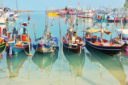 pescador: Pueblo de pescadores en Koh Samui, Tailandia. Muchos barcos de pesca amarrados