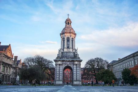 夕暮れ時、アイルランドのダブリンにあるトリニティ カレッジの中庭でベル タワー