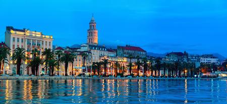 Ansicht von Split ist die zweitgrößte Stadt Kroatiens in der Nacht. Küste des Adriatischen Meeres und der berühmten Palast des Kaisers Diokletian - archäologische Juwel und ein Muss für jeden