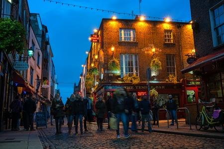 templo: DUBL�N, Irlanda - 11 de noviembre 2014: Vida nocturna en la parte hist�rica popular de la ciudad - Temple Bar trimestre. La zona es la ubicaci�n de muchos bares, pubs y restaurantes