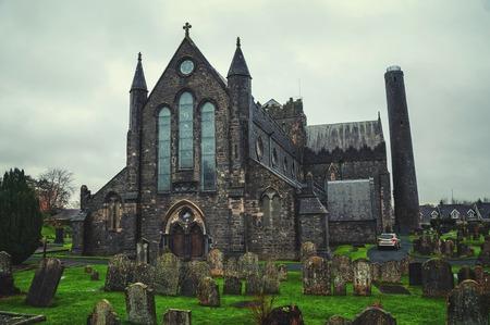 the church: Cementerio en frente de la Iglesia Catedral de San Canices en Kilkenny, Irlanda