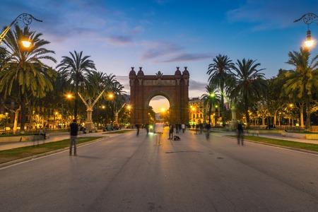 barcelone: Arc de Triomphe de Barcelone, en Espagne pendant la nuit. Coucher de soleil, flou de mouvement des personnes, des lumi�res et �clairage Banque d'images