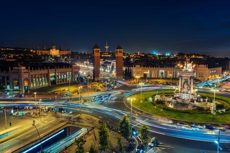 Spanish Square veduta aerea di Barcellona, ??in Spagna durante la notte. Questo è il luogo famoso con traffico sentieri di luce, la fontana e le torri veneziane, e Museo Nazionale sullo sfondo. Cielo blu Archivio Fotografico - 49194142