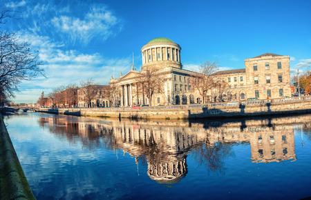 4 つの裁判所がリフィ川の反射と、アイルランドのダブリンで構築
