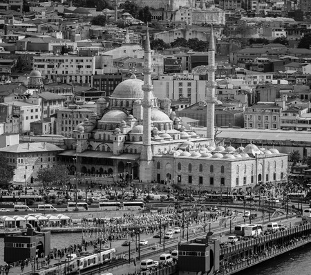cami: Aerial view of Yeni Cami mosque and Galata bridge during the day in Istanbul, Turkey. Car, tram and people traffic. Black and white