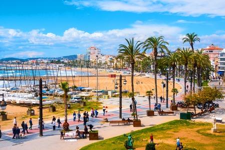 コスタ ・ ドラーダの人気観光都市のシッチェス、スペイン ビーチ、遊歩道周辺の眺め.カタルーニャ州の沿岸都市は映画祭やカーニバルで有名 写真素材