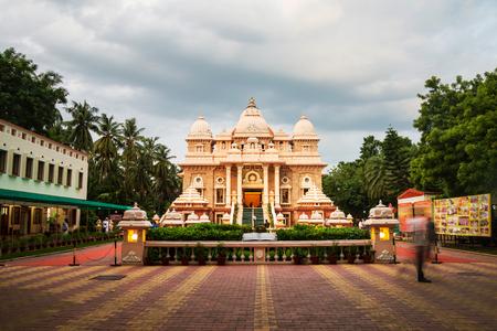 Sri Ramakrishna Math historisch gebouw in Chennai, Tamil Nadu, India in de avond met bewolkte hemel