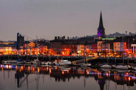 Waterford, Ierland. Panoramisch uitzicht op een stadsgezicht 's nachts
