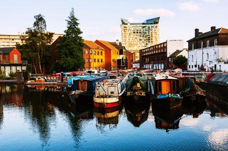 Birmingham, Verenigd Koninkrijk. Boten afgemeerd in de avond op beroemde Birmingham kanaal in het Verenigd Koninkrijk