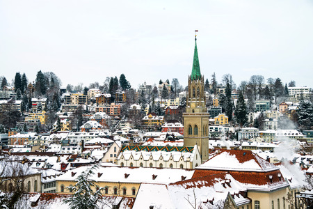 St Gallen, 스위스. 역사적인 건물의 공중보기 겨울에 눈에 덮여. 밝은 푸른 하늘이 St Gallen, 스위스에있는 성당 스톡 콘텐츠