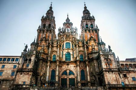 Kathedraal van Santiago de Compostela, Spanje. Hoofdvoorgevel van Santiago de Compostela Cathedral, Galicië, Spanje. Silhouet met directe zon van achteren met vigneteffect Stockfoto
