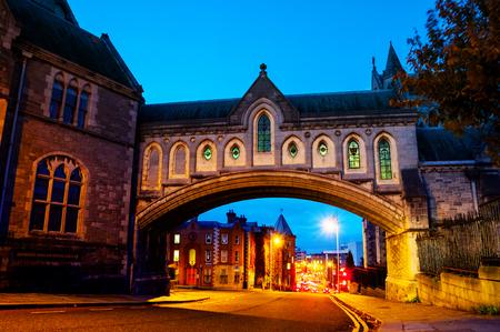 Dublin, Ierland. Verlichte boog van de kathedraal van de Christ Church in Dublin, Ierland 's nachts Stockfoto - 93407452