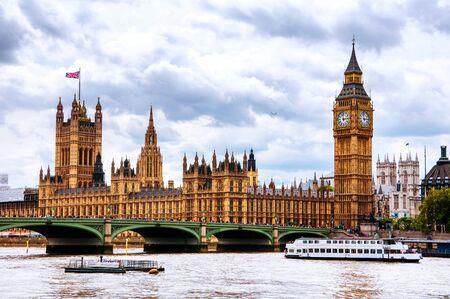 Londres, Reino Unido. Cielo nublado sobre la ciudad de Londres, Reino Unido. Westminster y Big Ben. Puente de Westminster durante el día Foto de archivo