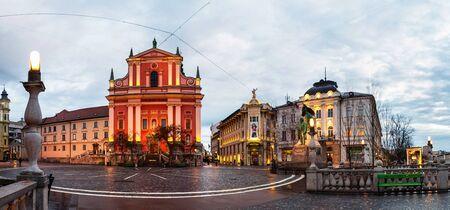 Ljubljana, Slowenien. Berühmte Triple Bridge in Ljubljana, Slowenien. Beleuchtete Kirche und berühmte Altbauten im Stadtzentrum